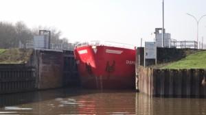09 Grote schepen of kleine sluisjes? Het past maar net.