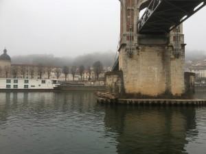 34 Zwerfhout aangespoeld tegen brugpijler.