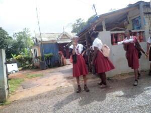 Onderweg naar Nine Miles (binnenland) schoolmeisjes