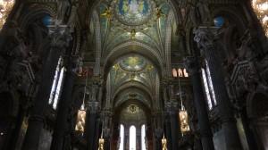 10 Binnen in Basilique alles met mozaiek betegeld