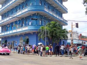 Havana, wachten voor een winkel waar ze misschien vandaag eieren verkopen