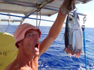 Voordat we deze tonijn binnen konden halen had een nog grotere vis hem al half op!