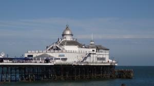 de mooie maar enigszins vervallen pier in Eastbourne