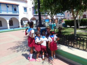 Schoolkinderen zijn heel nieuwsgierig en krijgen een snoepje