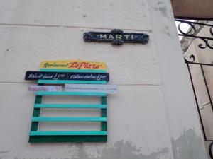 de menukaart van een restaurant $1 betekent 4 eurocent!  Een broodje ei