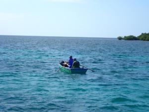 Vissers roeien tot zeker 5 km uit de kust